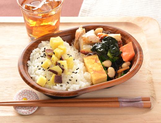 公式サイトで掲載された「さつまいもご飯と鶏の柚子胡椒焼」の画像