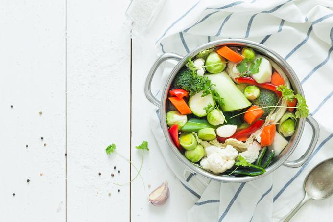 鍋に入った野菜たっぷりスープ