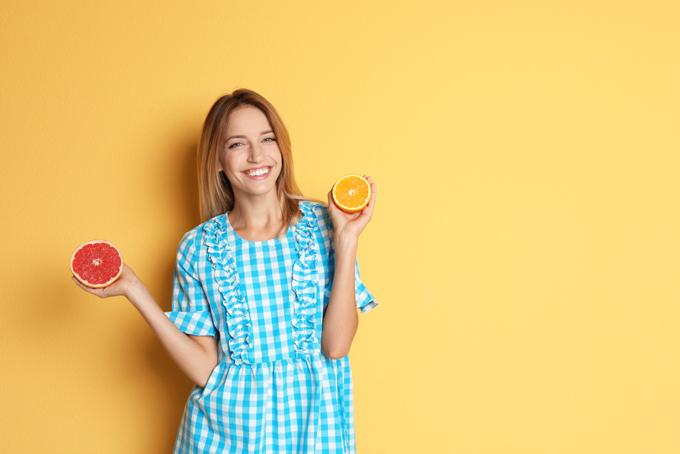 グレープフルーツを持った女性