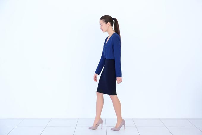 悪い姿勢で歩いている女性