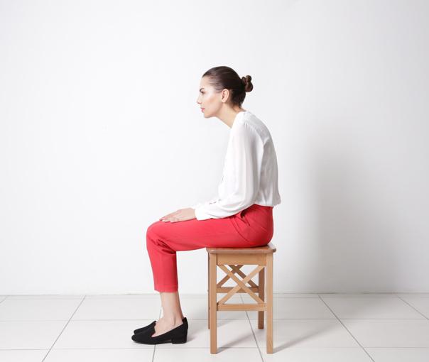 姿勢の悪い女性の画像