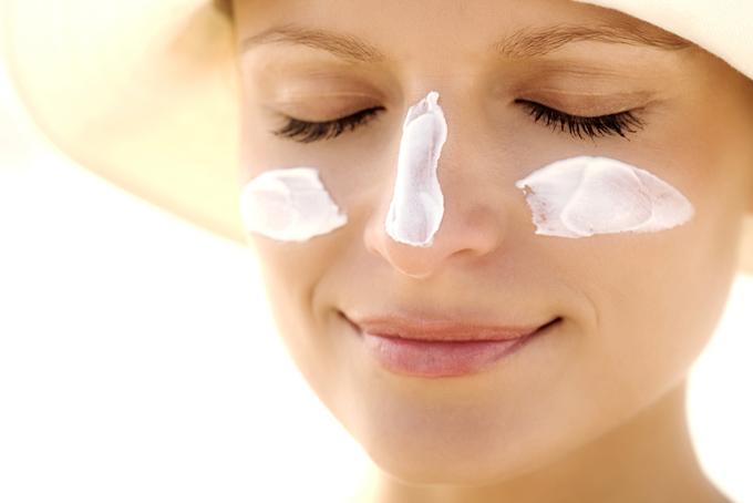 鼻と目元に日焼け止めを塗った女性の画像