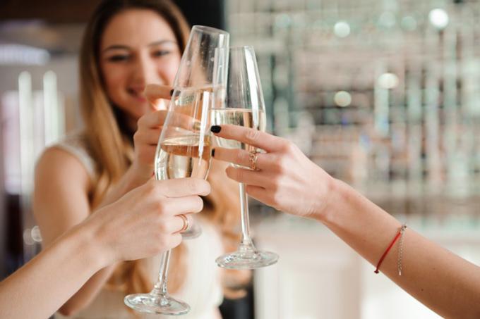 シャンパンで乾杯する女性たち