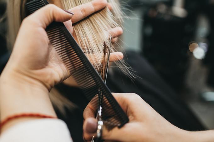 髪をカットしている手元の画像