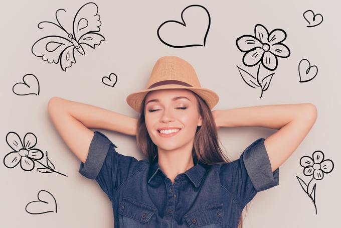 麦わら帽子をかぶった笑顔の女性