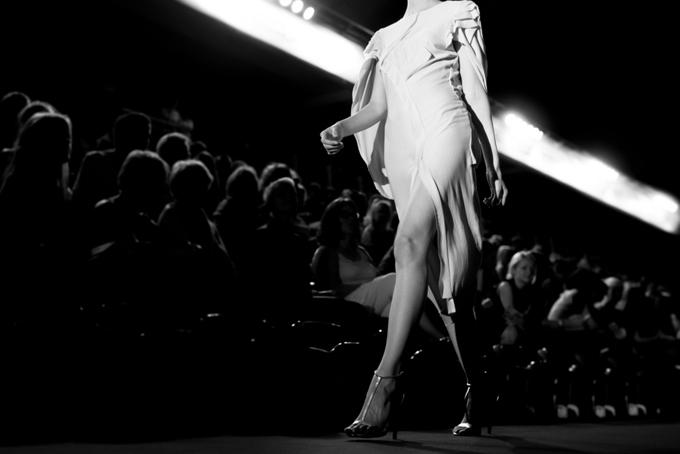 ドレスを着てステージを歩いている女性