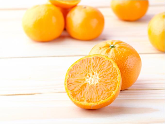 半分に切られたオレンジの写真