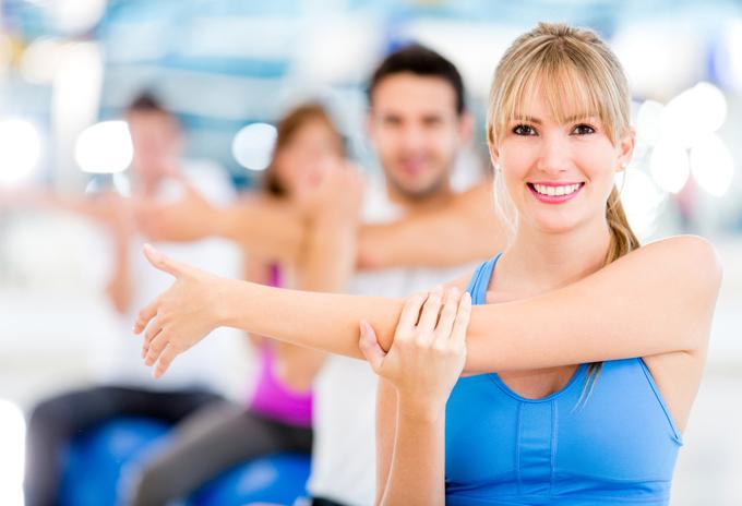 女性が腕を組んで体操をしている画像