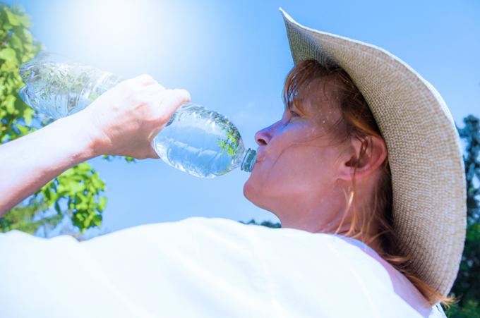 水を飲んでる女性の画像