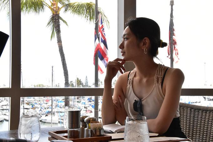 レストランから景色を眺める