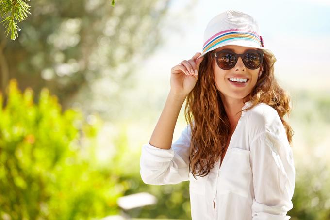 茶色いサングラスをかけた女性の画像