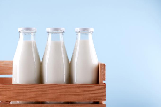 3本並んだ牛乳瓶の画像
