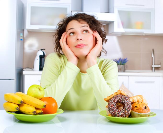 食べものの前で考えごとをする女性