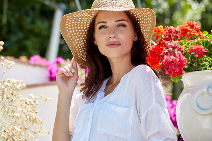 麦わら帽子を被っている女性の画像
