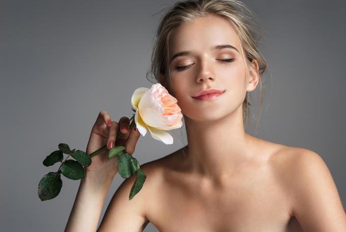 バラを持っている美人