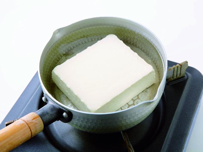 鍋で豆腐の水切り
