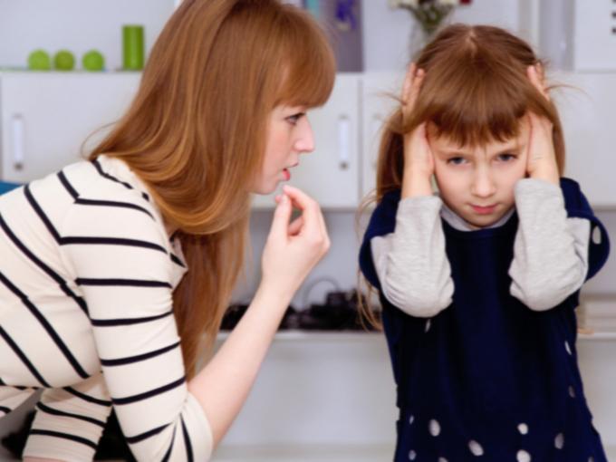 子どもに注意する母親