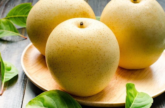 梨が3つお皿にある