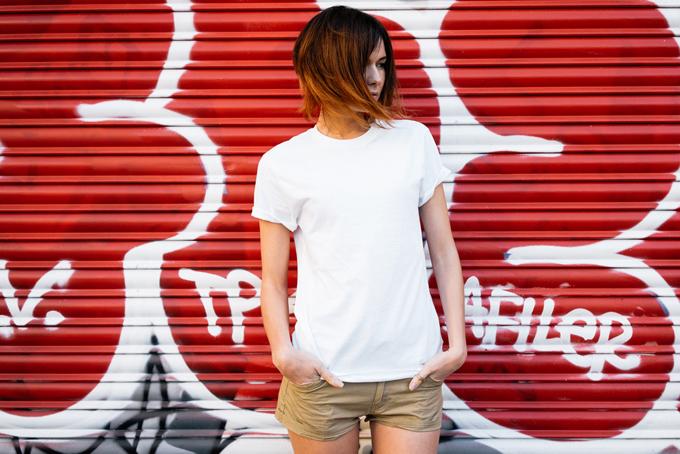 白いTシャツを着た女性の画像