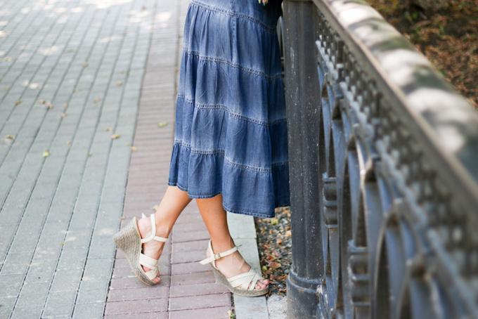 ロングスカートをはいている女性の足元の画像