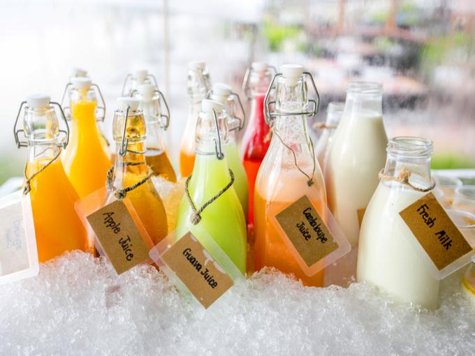 氷で冷やされた飲みもののボトル