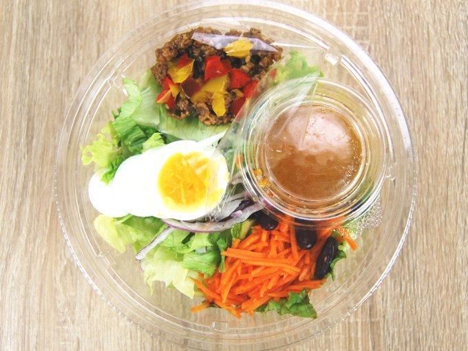 容器のフタを外した「雑穀入り ガパオ風サラダ」の画像