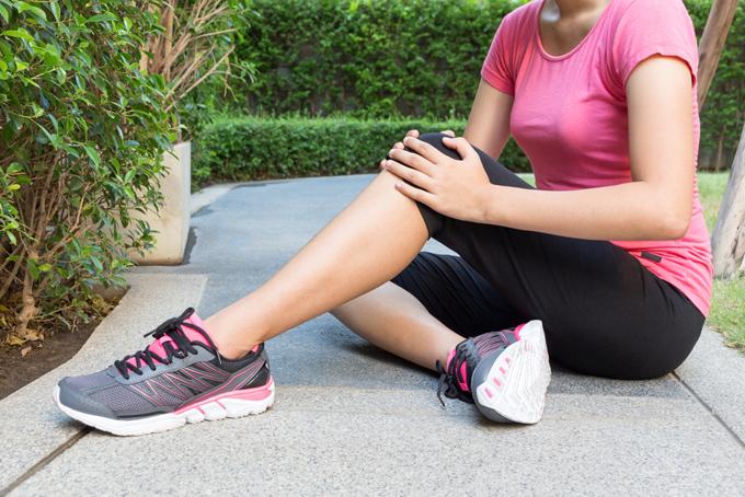 ウォーキングしている女性の足元の画像