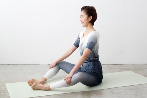 背骨周辺の筋肉をほぐすストレッチの姿勢1