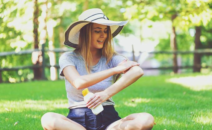 腕に日焼け止めを塗っている女性の画像