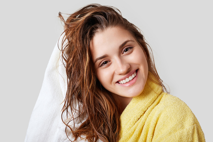 髪を洗い終えた女性の画像