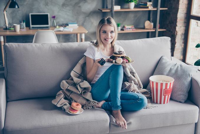 部屋のソファでくつろぎながらひとりテレビを見ている