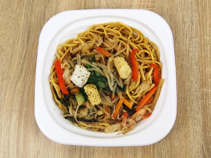 容器のフタを外した「彩り野菜の上海焼そばあっさり醤油味」の画像
