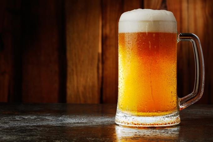 ジョッキに注がれたビールの画像