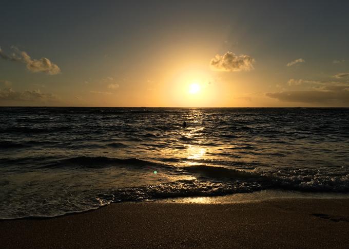 ハワイの海の夕日