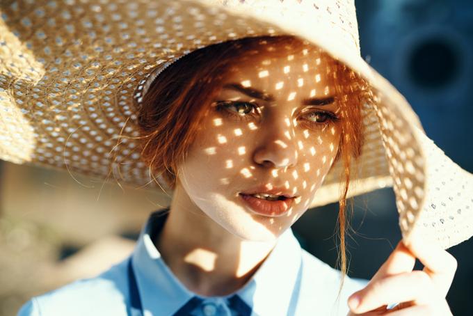 太陽の光を嫌がる女性の画像