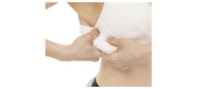 脇下の脂肪を引っ張っているアップ画像