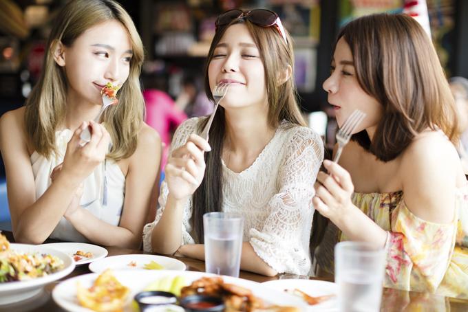 友だちと食事をする女性たち