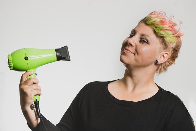 ショートヘアの女性の画像