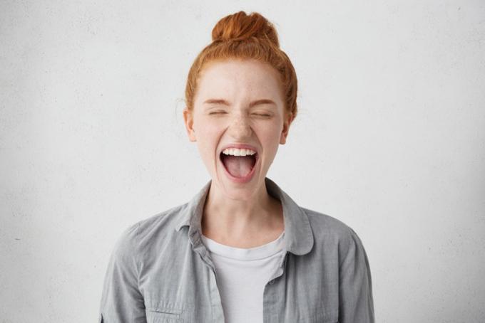 大声を出している女性