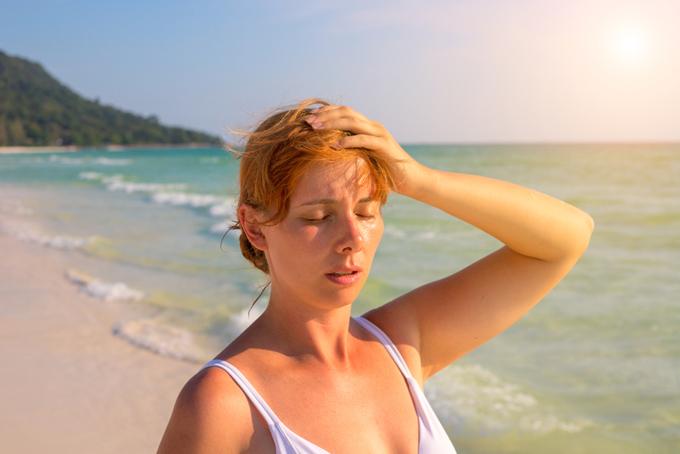 日光をうけて汗ばんでいる女性
