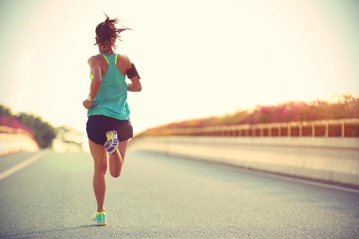 走る女性の後ろ姿