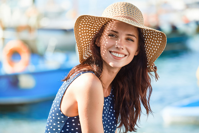 麦わら帽子を被って青い服を着た女性の画像
