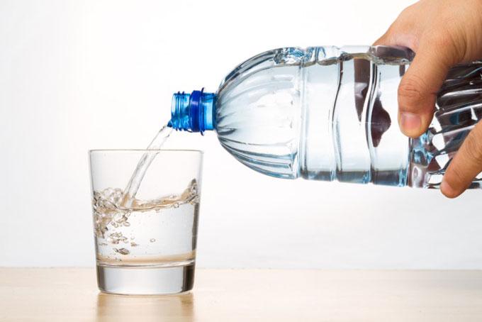 ペットボトルからコップに水を注ぐ