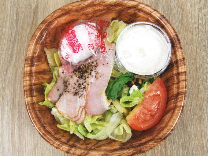 容器のフタを外した「半熟たまごとベーコンのボウルサラダ」の画像