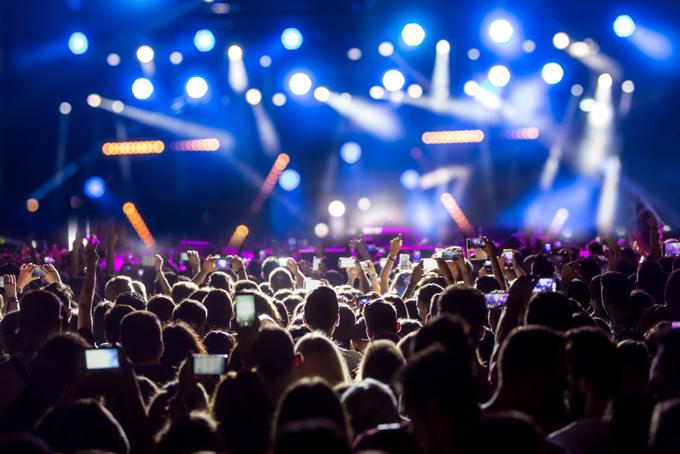 ステージがライトアップされているライブ会場の画像