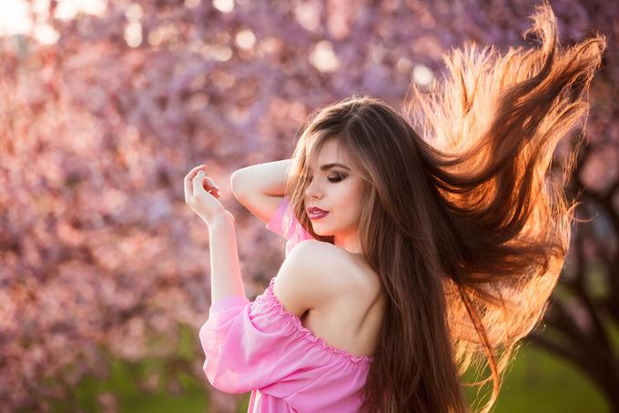 髪をなびかせている女性の画像
