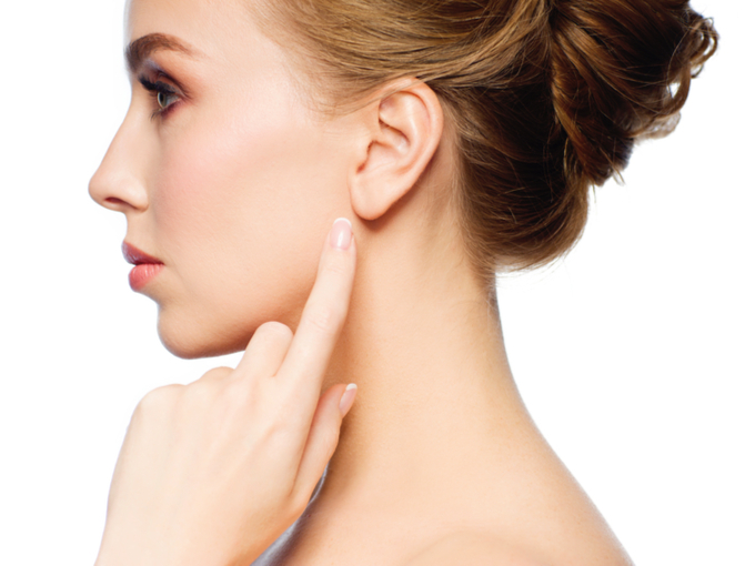 耳たぶを指さす女性