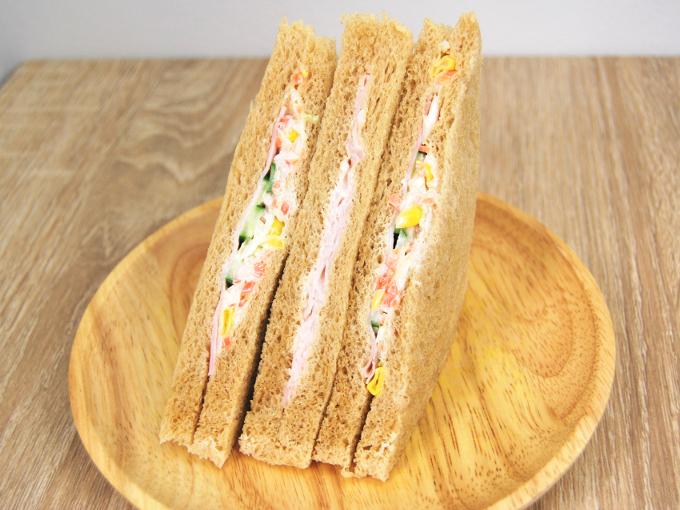 袋から取り出した「全粒粉サンドコールスローサラダとハム」の画像