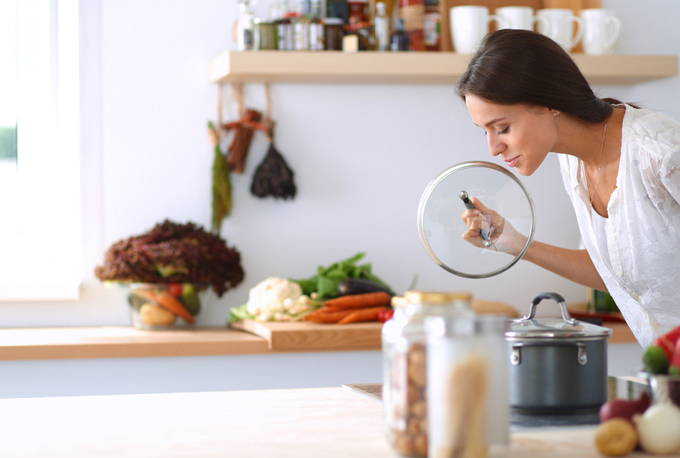料理する女性の画像
