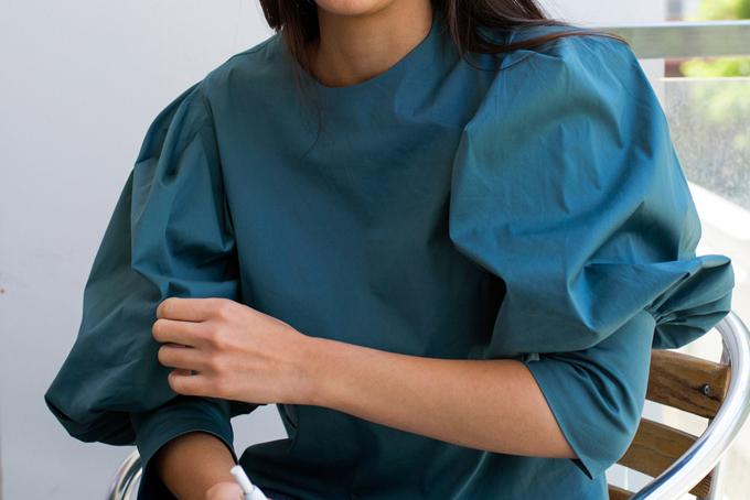 パフスリーブの服を着ている女性の画像
